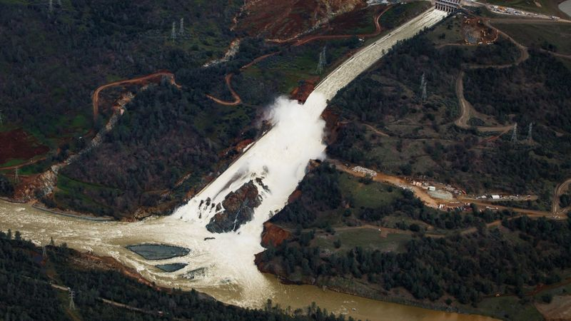 Oroville Dam is failing, water seeping through rebuilt spillway, threatens new mass evacuations