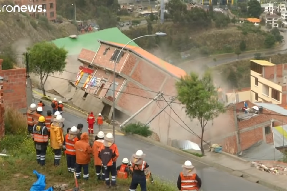 The Earth Moves and Creates a Large Landslide Destroys 17 Homes in La Paz, Bolivia